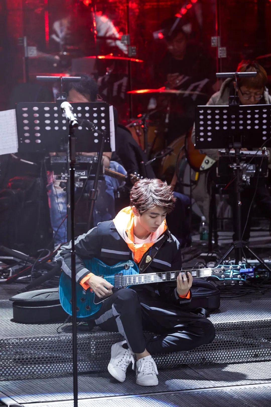 <b>《我们的乐队》剧透来袭,王俊凯现场演绎摇滚版《树读》,太酷!</b>