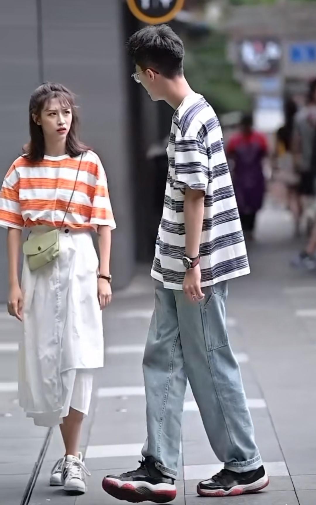 女生比男友矮了一个头,为何腿和他一样长?看到上衣穿搭秒懂!