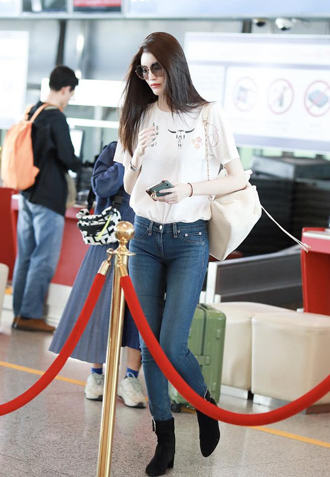 何穗不愧是超模,白T配牛仔裤,也能穿出高冷范