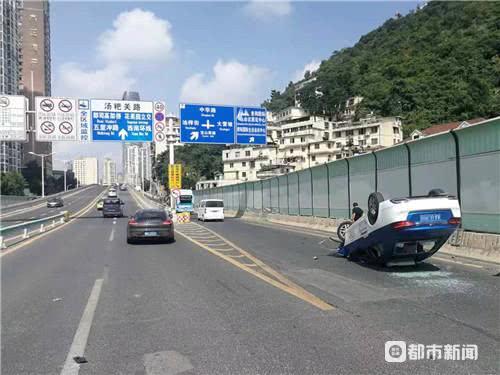 今早,贵阳蟠桃宫匝道口,保时捷顶翻出租车,交警市民抬车救人