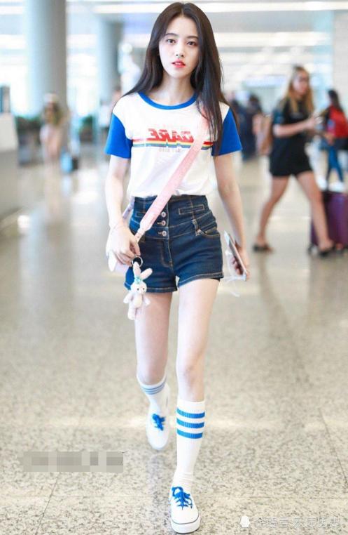"""<b>鞠婧祎身材管理有多强?穿""""蓝莓裤""""现身,网友:这腿头一次见!</b>"""