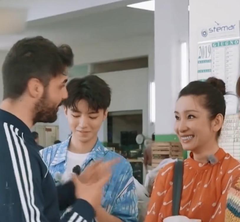 """王俊凯做菜""""衬衣扣忘系""""?抬起胳膊的一瞬间:未成年请自觉闭眼"""
