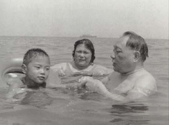5张邓小平晚年生活照,图4在秦桧跪像前