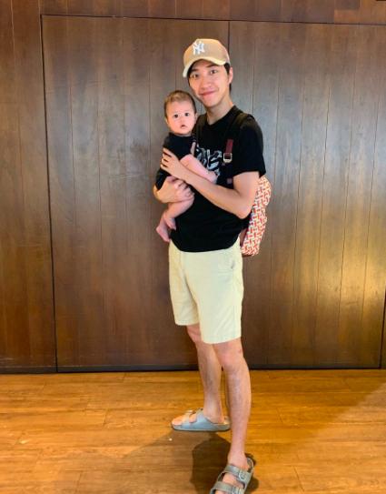 福原爱拍老公带娃照,江宏杰抱儿子姿势熟练,和女儿穿亲子装超暖