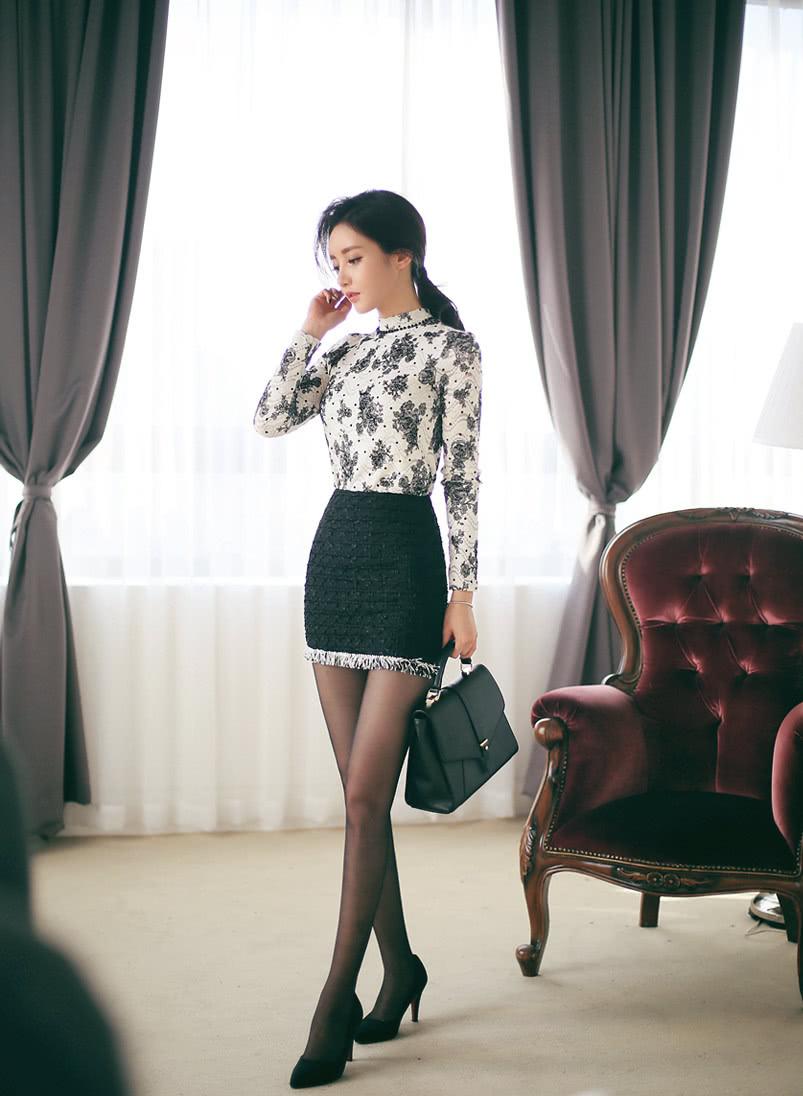 美人美图 孙允珠:古典青花黛色波纹露空上衣