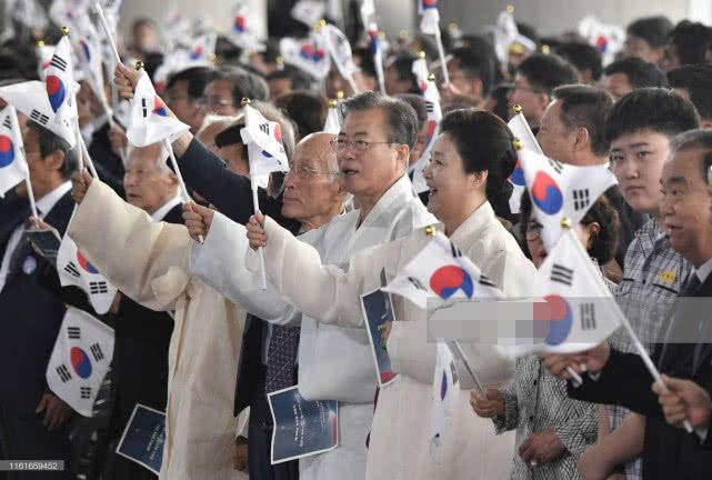 64岁韩国第一夫人气质出众!穿传统服装优雅亮相,笑起来太甜美