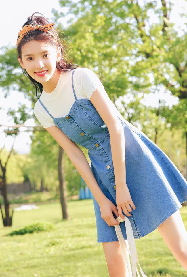 """影版""""顾森湘""""是校花吧,某宝风白T背带裙都穿得这么清纯,服了"""
