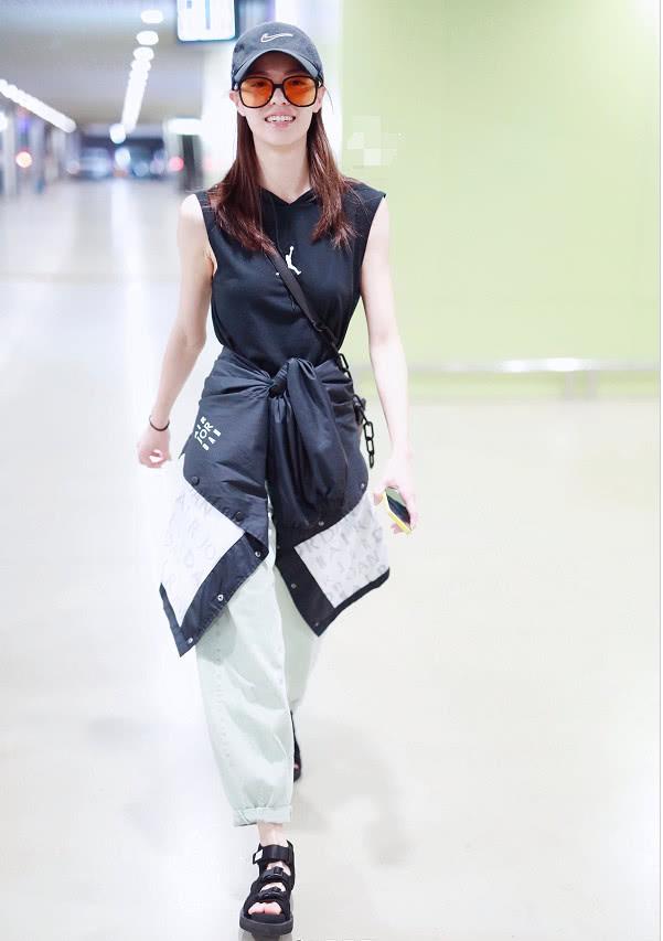 钟楚曦身穿黑色T恤搭回国,造型简洁利落,女神依旧酷帅有型!