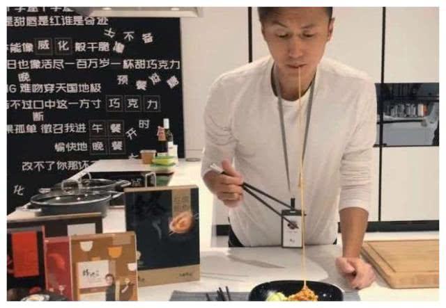 谢霆锋面馆开业,48元一碗,看到菜品,网友:这泡面真贵!