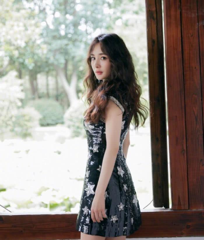 杨幂活动身穿黑色旗袍,韵味十足,遭粉丝吐槽不能换个造型吗?