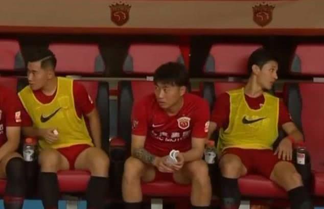 <b>王燊超又不守规矩!染红未离场坐替补席 戴项链遭国足禁赛1年</b>