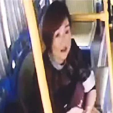 4岁宝宝独自上错公交车后大哭,这个小姐姐的举动超甜
