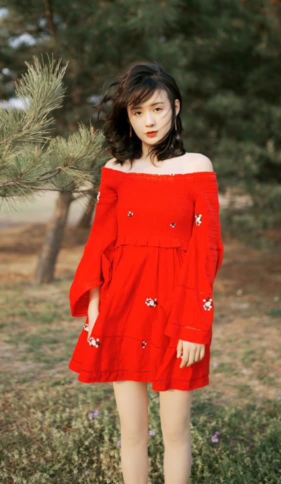 """她曾饰演《夏至未至》的""""颜末"""",今光脚穿红裙子,美如小仙女"""