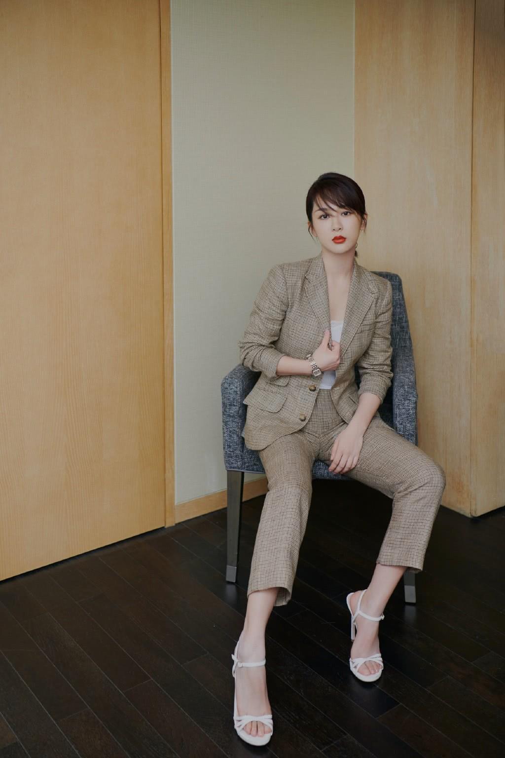 杨紫写真照曝光,穿针织衫配及膝短裙,双手捧脸俏皮如16岁少女