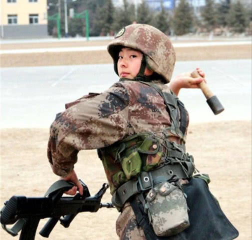 手榴弹不幸扔到脚下,还能再次投掷教官:我们比新兵还紧张