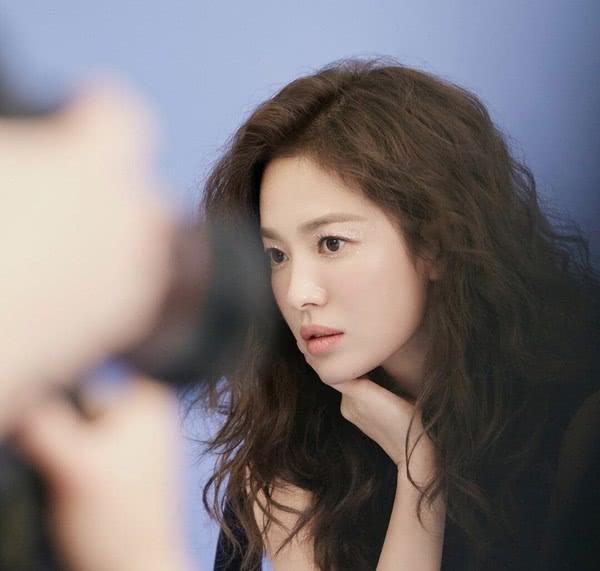 女神越来越年轻漂亮,宋慧乔泡面头发型显高神颜,38岁仍如18岁