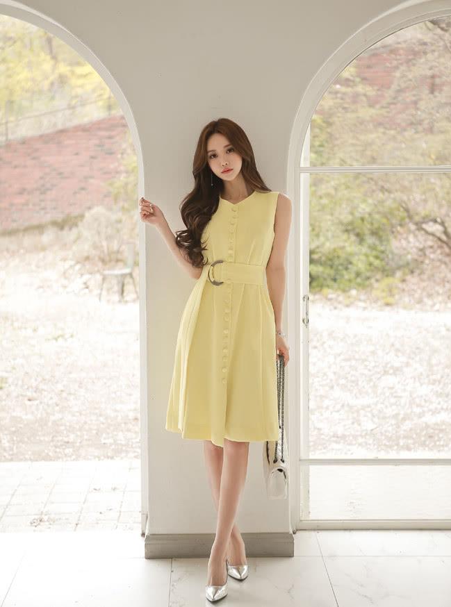 美人美图 孙允珠:初夏柠檬奶黄一字排扣无袖裙