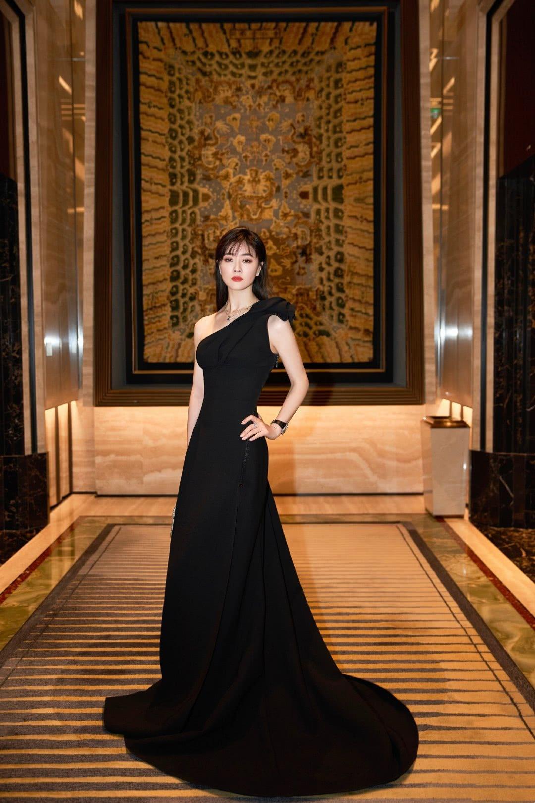 44岁田海蓉才是真冻龄!一袭黑色长裙惊艳亮相,看着真像90后