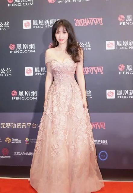柳岩真是天生尤物身材,一袭淡粉色一字肩连衣裙亮相,优雅又迷人
