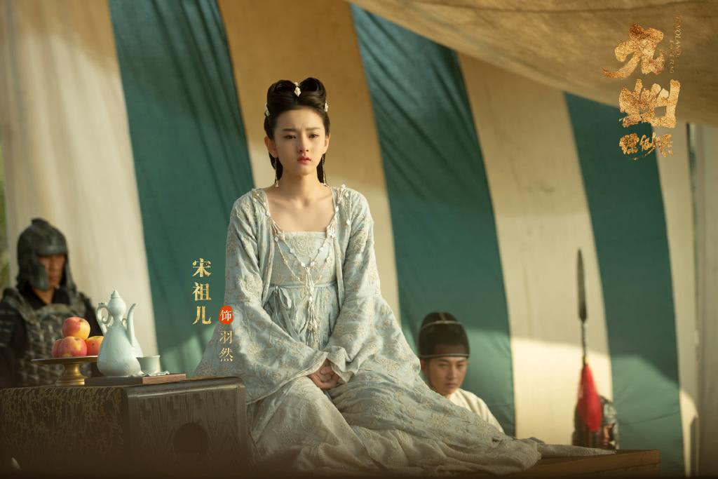 她是《九州缥缈录》的羽然,穿淡蓝色连衣裙配俩小辫,俏皮又可爱