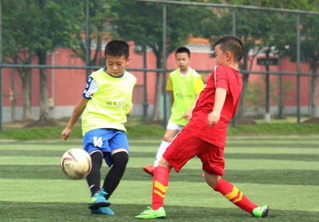 一日加练两次,他们只为挤进恒大足校一圆足球梦