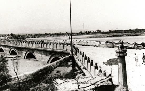 罕见的卢沟桥事变老照片:抗日战士挖战壕,北平商人悄悄卖东西