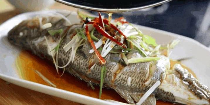 鲈鱼,不只是蒸一蒸那么简单,千万把握2个环节,鱼肉才鲜美好吃