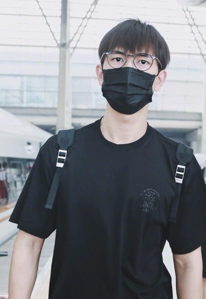 <b>才火一个月的韩商言,走机场不注意形象管理,发型凌乱还戴眼镜!</b>