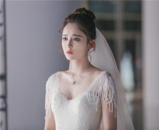 娜扎的婚纱照被疯传,当看到热巴的婚纱照时,粉丝不淡定了!
