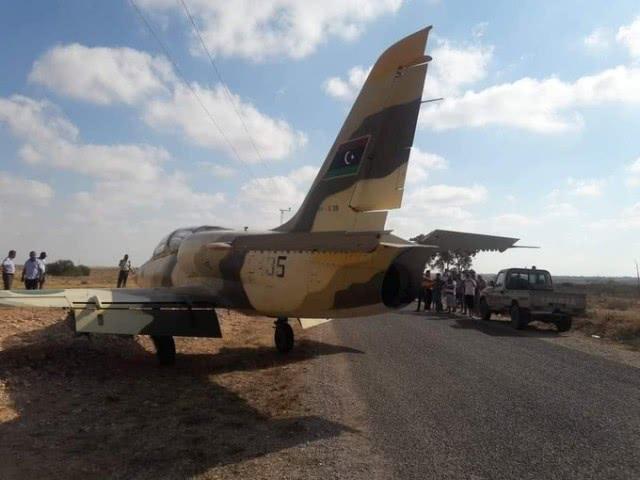 利比亚一军机突然进入领国,紧急降落到公路,可执行作战任务