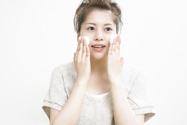 你真的会洗脸吗?这些错误的洗脸方式可能会导致你的皮肤越来越差