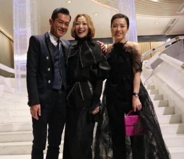 <b>甘比出席公益活动,穿1万4名牌衣美得高调,香港女首富不是噱头</b>