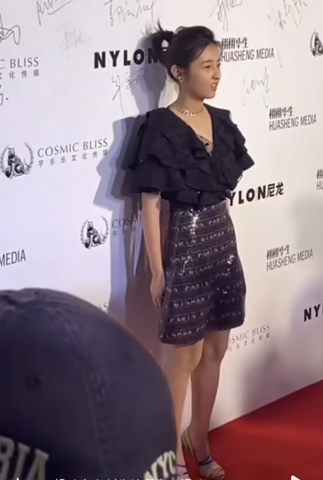 <b>张子枫现在有多瘦?侧面站时腰部看上去像块木板一样,给跪了!</b>