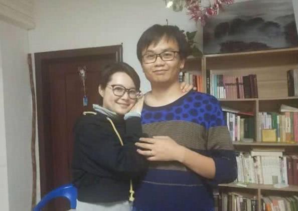46岁袁立三婚后近照,住普通居民楼环境差,却不影响甜蜜感情