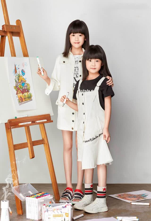 陆毅晒两女儿近照,姐妹俩扎马尾辫,打扮时尚,长得一样美!