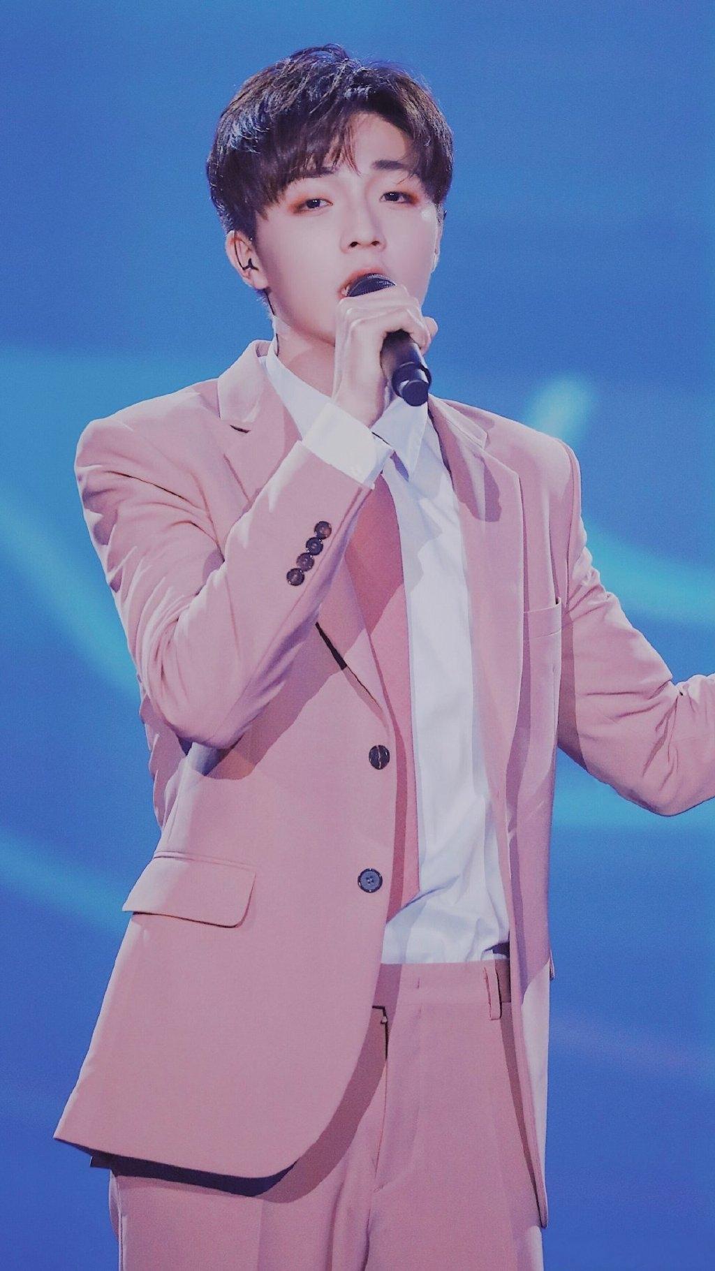 陈立农在舞台上跳舞,穿粉色西装气质出众,有谁注意他的表情