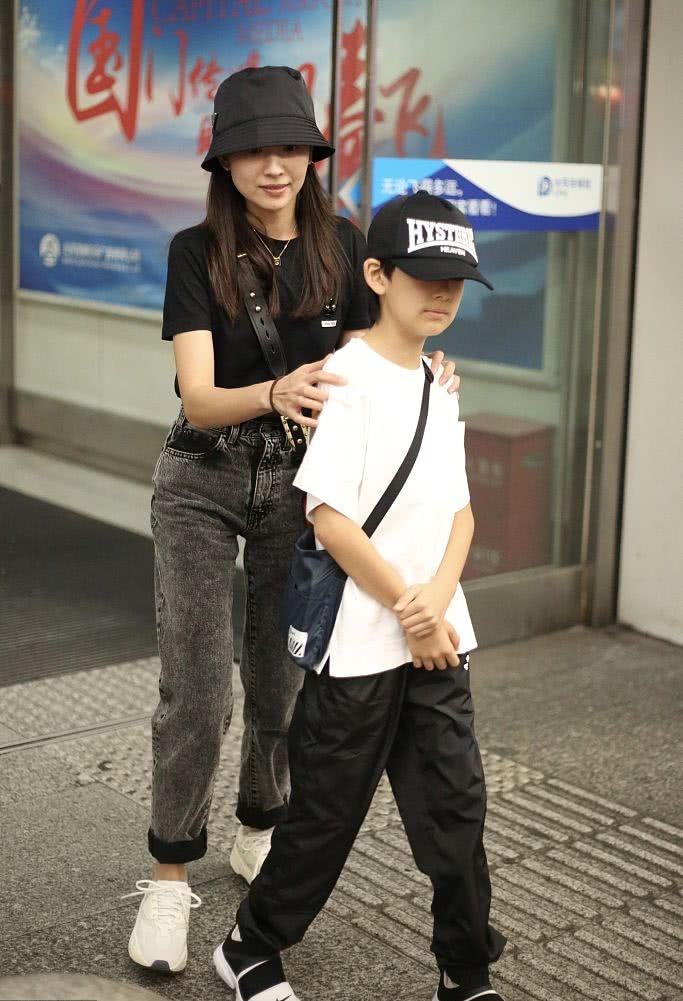 董洁牵儿子现身机场妈妈力up 顶顶继承好基因小小年纪显帅气
