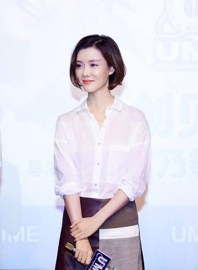 """车晓是有多瘦穿白色衬衫配拼接半身裙,这腿比""""筷子""""还要细"""