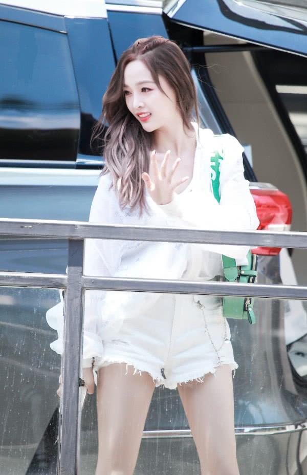"""吴宣仪穿上""""反光色""""裤子,腿粗也没关系,只是甜美就够了!"""