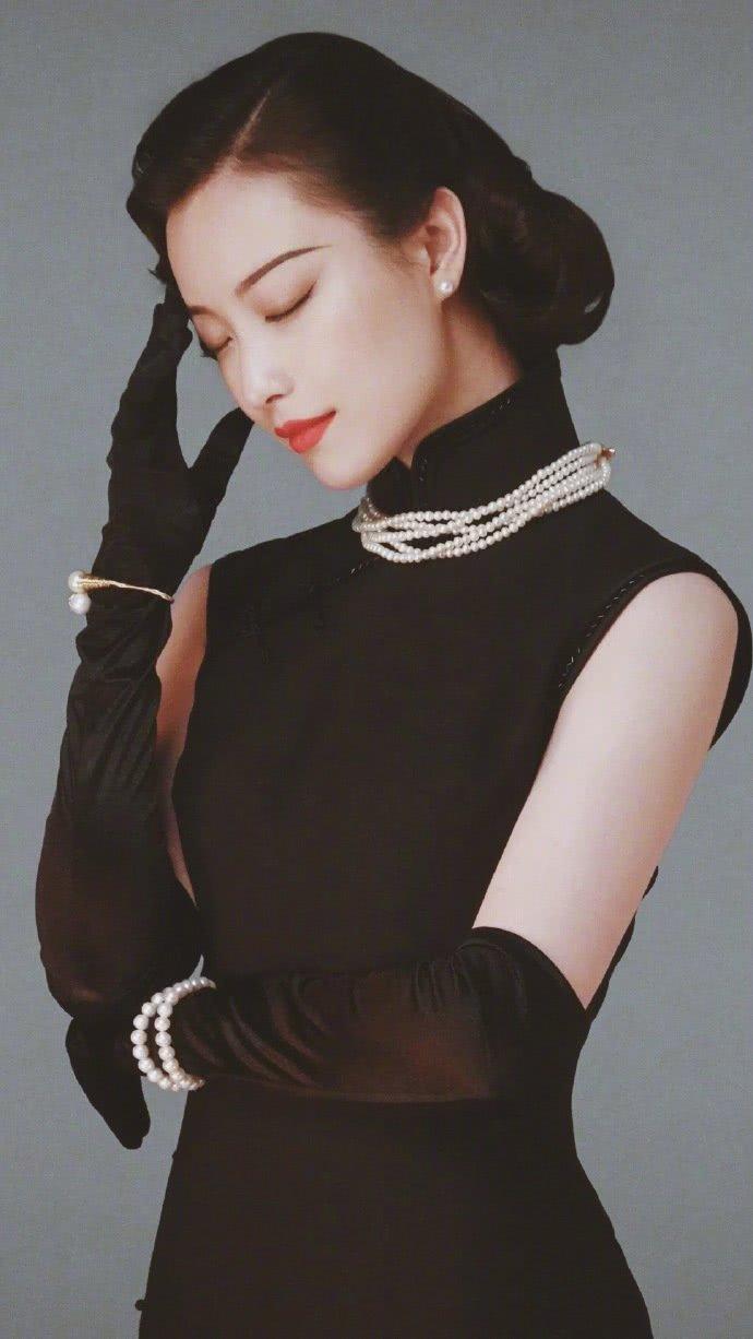 倪妮私服照,一身黑旗袍端庄大气,网友:一般人穿不出这效果