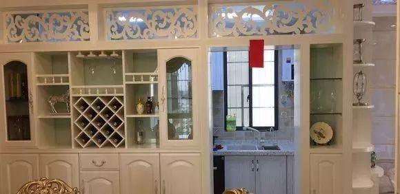 进门就是餐厅的空间,两个空间的地砖都不一样,玄关是和客厅一个样式图片