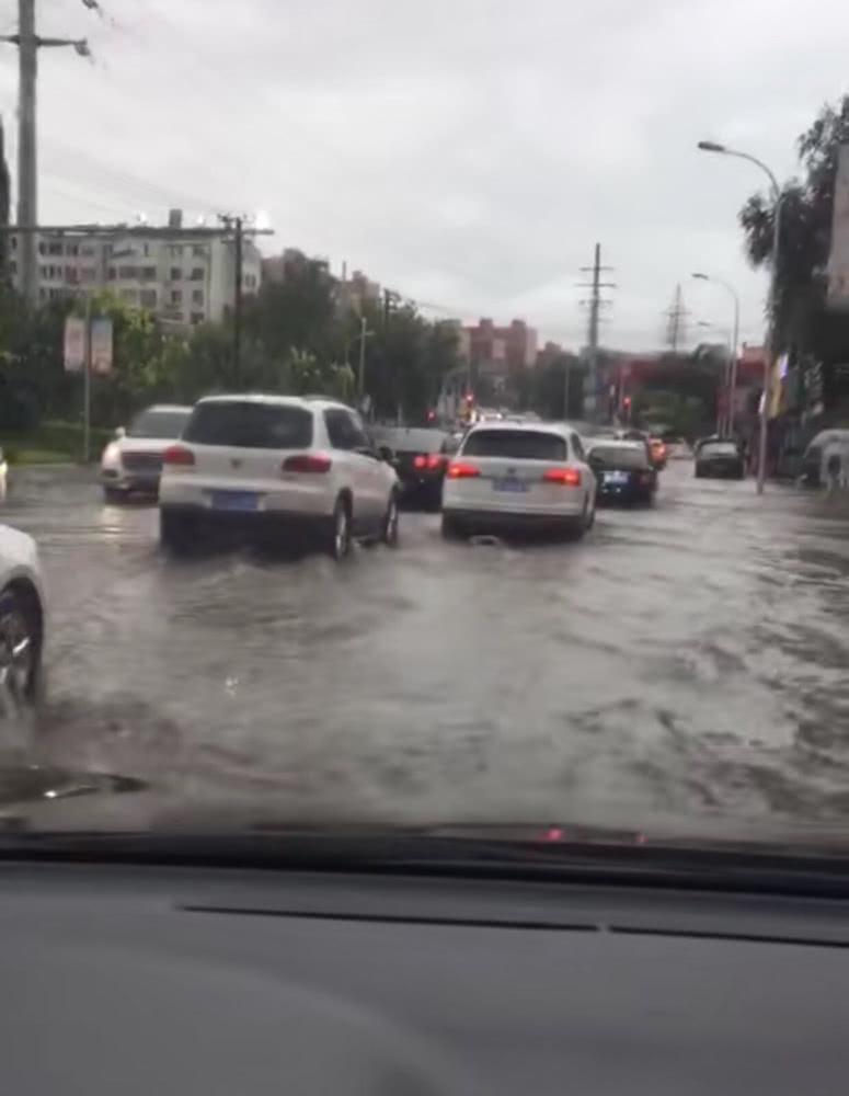 大雨突袭大连 部分低洼区域积水严重