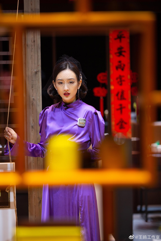 37岁王鸥身穿紫色复古开叉裙,性感与清纯兼具,这个造型太可了
