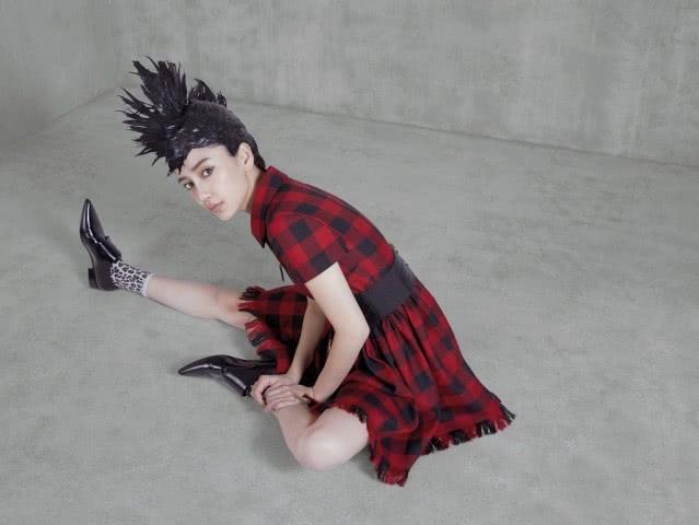 """杨颖顶""""紫菜头""""拍写真,穿红色格纹裙配豹纹袜,让人想忽视都难"""