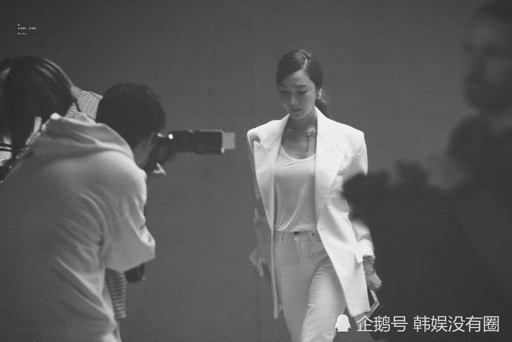 霸道总裁?Hermes 春夏女装秀上的 Jessica郑秀妍