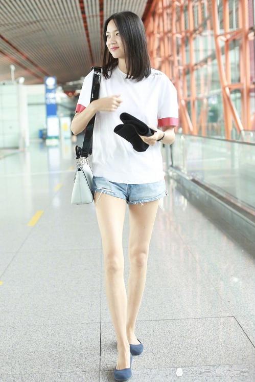 """""""中国第一美女""""现身机场,看到她原相机下的腿:不是凡人能比的"""