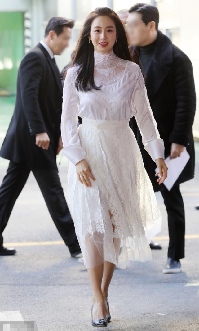 金泰熙二胎后明显老了!穿白色蕾丝裙气质高贵,眼角细纹难掩优雅