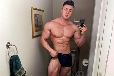 又到了比赛期,肌肉男提前4个月准备健美比赛,看他健身4个月变化