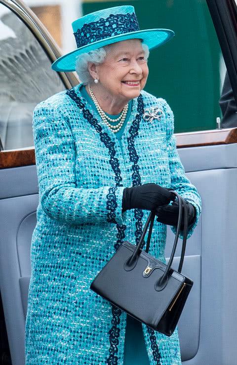 93岁英国女王与查尔斯、威廉旅行时,都要带这个,普通人不会带