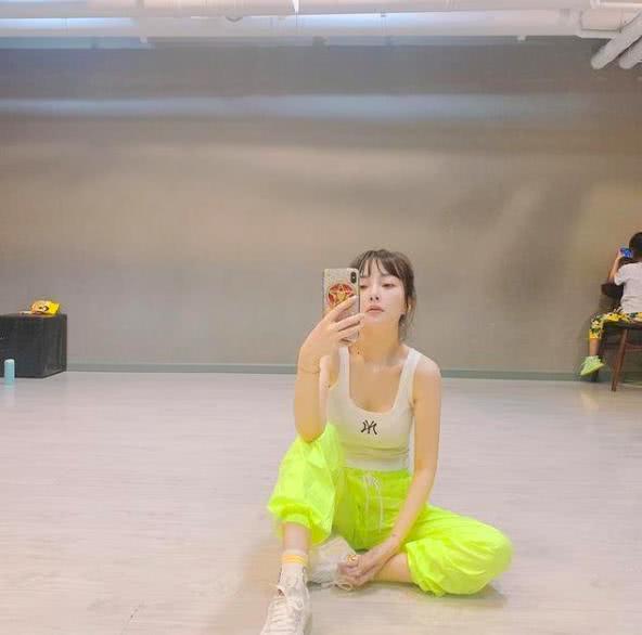 李小璐高调复出,穿背心秀身材,却被甜馨的坐姿抢了镜!